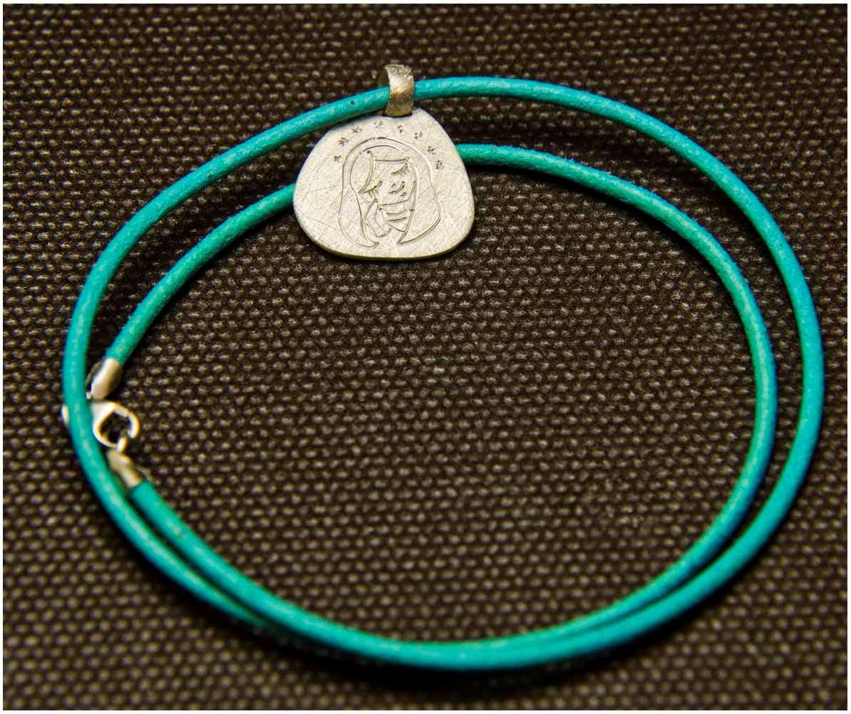 Collar de plata y cuero medalla Virgen comuniones. Joyería artesanal personalizada