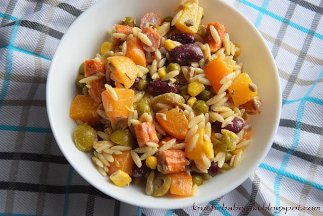 Sałatka z makaronem ryżowym, kabanosem, brzoskwinią ...