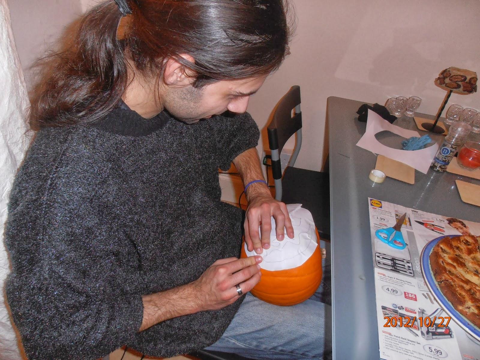 A Halloween-i tökfaragás első lépése, hogy ráragasztjuk a mintát a tökre