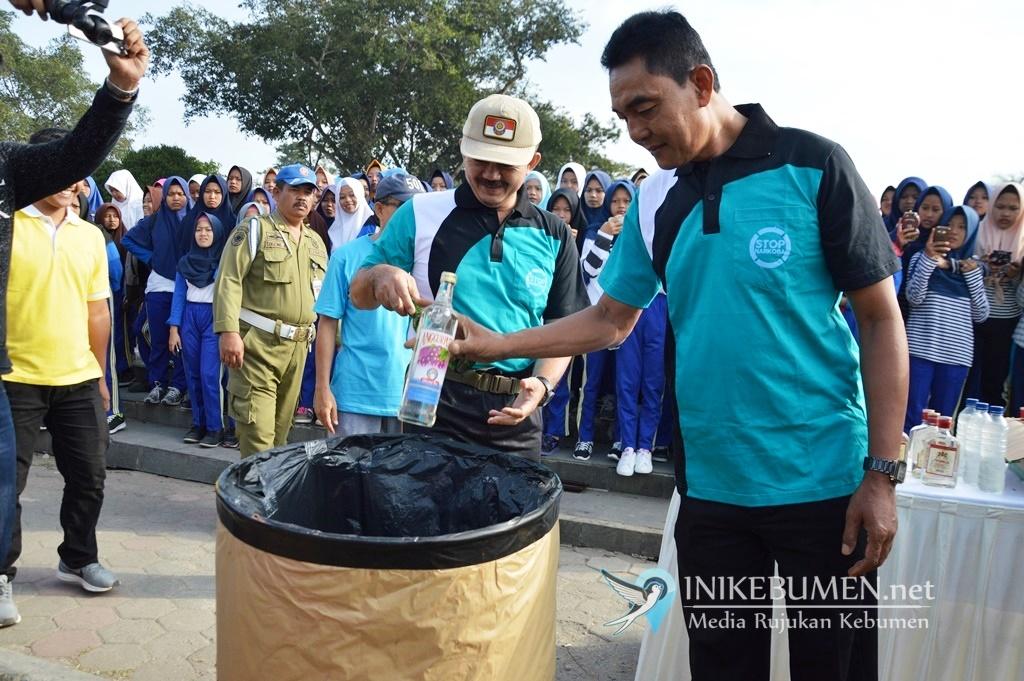 Peringati Hari Anti Narkoba, 200 Botol Miras Dimusnahkan di Alun-alun Kebumen