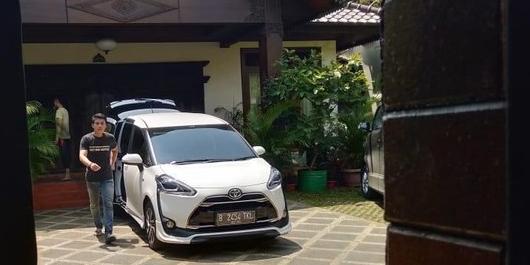 Mobil Keluar Masuk Bawa Dokumen di Kediaman Ketum PPP Romahurmuziy