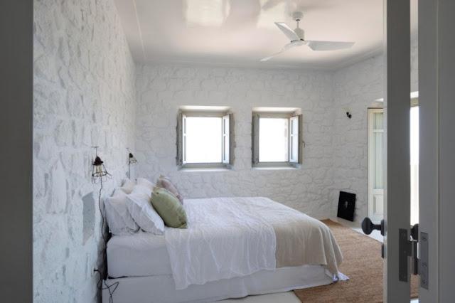 dormitorio con paredes de piedra encalada chicanddeco