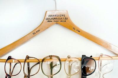 f0cf4c021387f ... usar os cabides para pendurar óculos. Assim eles ficam sempre a mão e  você não perde horas abrindo caixinha por caixinha para escolher o modelo  que fica ...