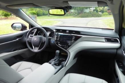 2019 Toyota Camry Hybrid SE Sedan Features & Specs
