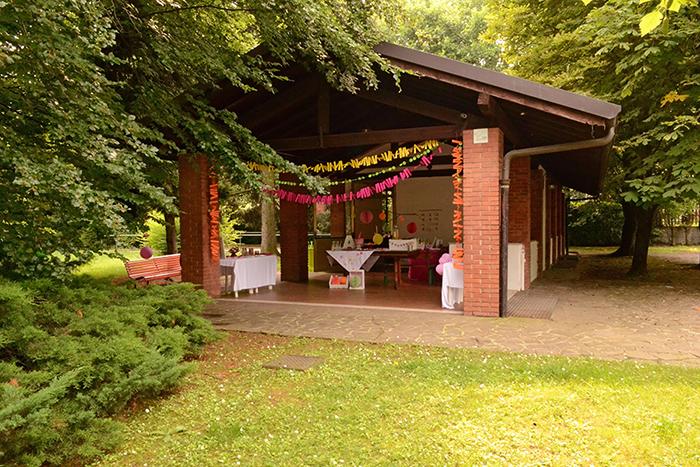 la casetta delle feste decorata per un compleanno estivo