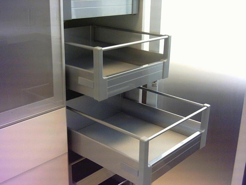 Cajones y sistemas extra bles que hacen m s c moda la for Interior de muebles de cocina