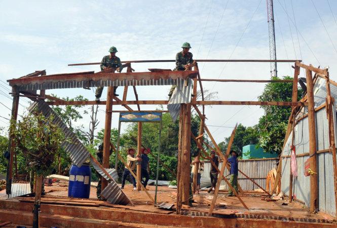 Lốc xoáy cuốn bay hơn 200 mái nhà của người dân Gia Lai