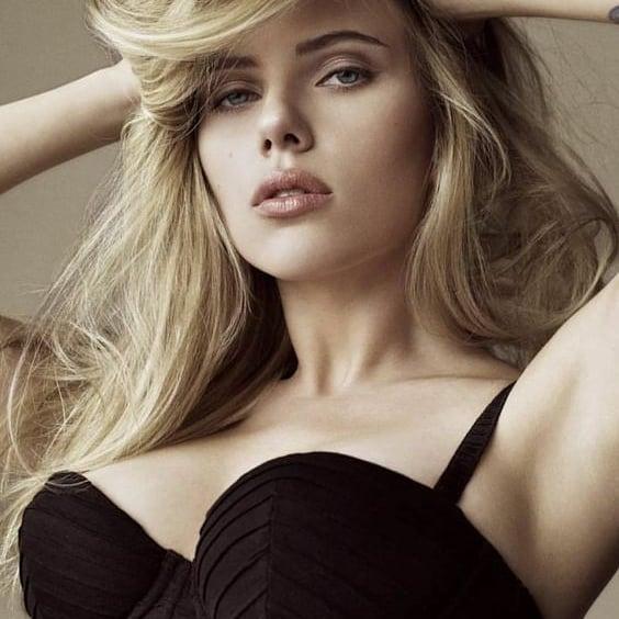 Scarlett Johansson hottest Cleavage & Bikini pics