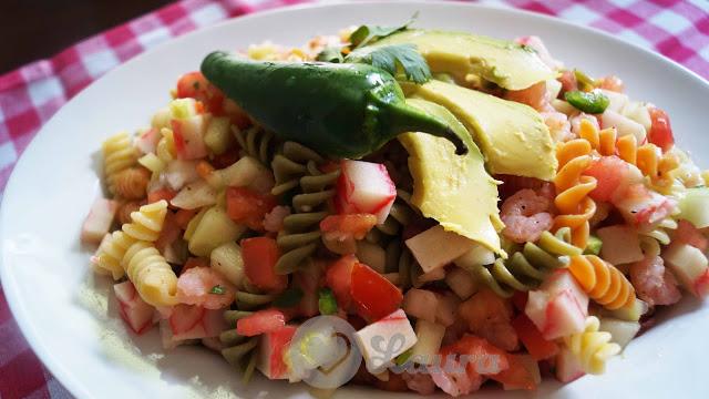 Ensalada de camarón con surimi y pasta de tornillos