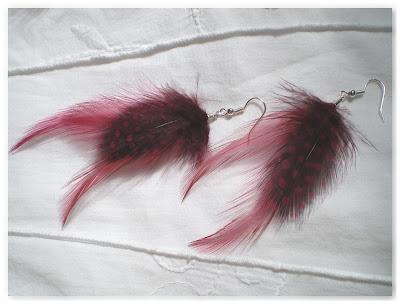boucles d'oreilles plumes bordeaux