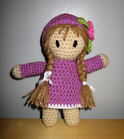 Muñeca de crochet morada