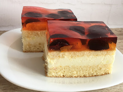 Ciasto biszkoptowe z kremem i owocami w galaretce