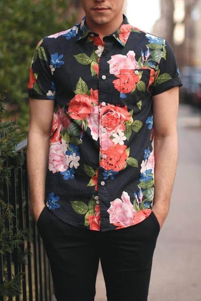 Camisa floral masculina com manga dobrada