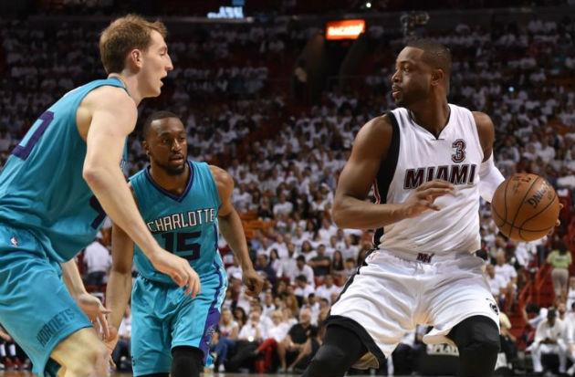 Pour le moment, Cody Zeller, Kemba Walker, et les Charlotte Hornets, ne résistent pas au Miami Heat de Dwyane Wade #NBA