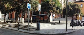 Vista panorámica de la pequeña plaza forada por la confluencia de varias calles. A la izquierda se encuentra la fuente.