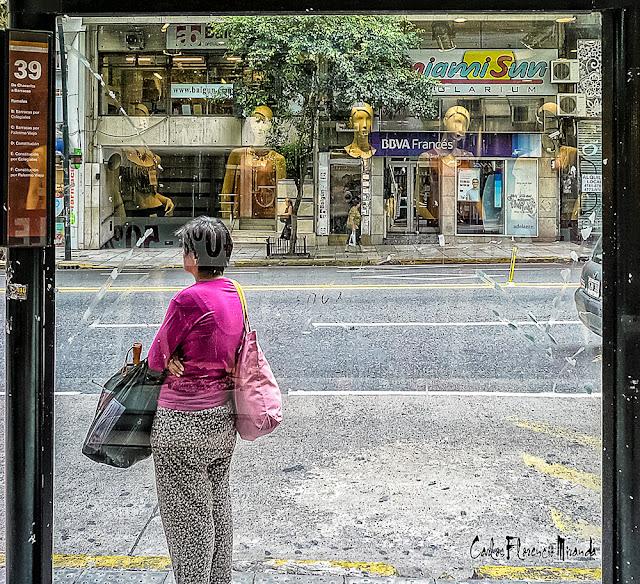 Imagen tomada a través de una vidriera con vista a la calle.