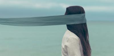 popełnienie samobójstwa, śmierć, mgła, dziewczyna z zasłoniętą twarzą, jak łatwo odebrać sobie życie, czy da się zabić prosto i bez bólu; źródło: Unsplash