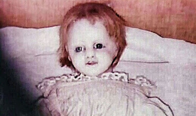 A fotografia mais assustadora da história! Boneca se mexe e desaparece de casa mais mal assombrada do mundo