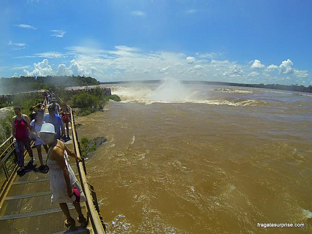 Passarela sobre o Rio Iguaçu leva os visitantes até as quedas d'água, no lado argentino das cataratas do Iguaçu