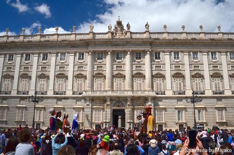 Fiestas de San Isidro en Madrid マドリードの王宮前で踊る大人形と市民