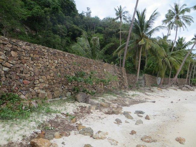 Стена вдоль пляжа