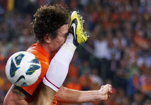 Dutch player Daryl Janmaat gets head kicked in