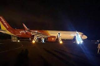 Six people injured as plane loses wheels on landing