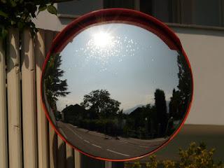 Miroir routier dans la rue.