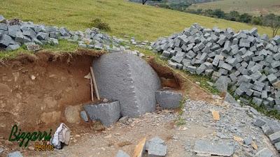 Extração de pedra de granito para execução de folheta de pedra.