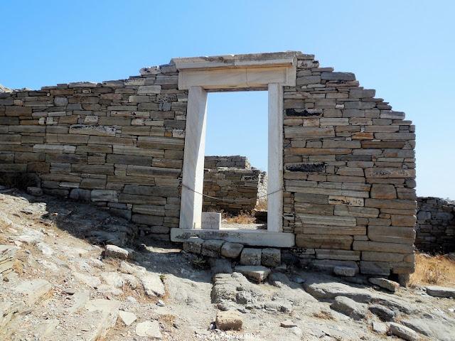 główne wejście do starożytnego hostelu Delos Grecja