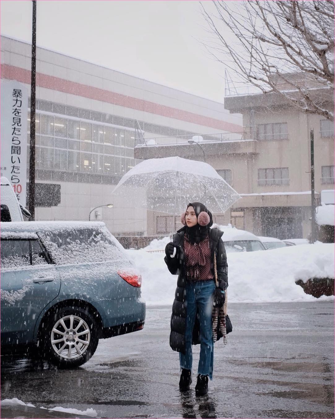 Outfit Baju Traveler Berhijab untuk Keluar Negri Ala Selebgram 2018 blouse merah bata jeans denim sobek cardigan jacket pashmina diamond boots high heels sarung tangan hitam earmuff krem tua slingbags rotan ootd outfit trend coat