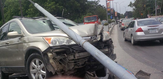 Fast & furious scene on Ikoyi road. Man drives female driver into a pole and the woman smashes his car with a bat (photos)