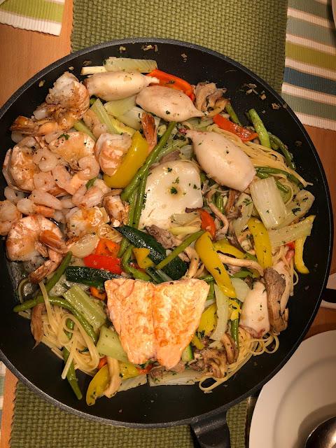 Fischpfanne mit Tintenfisch, Scampi, Lachs und Spagetti mit Gemüse, Helmut Tanner