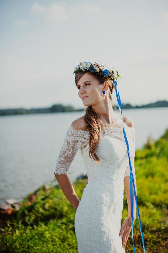 Niebieski wianek ślubny zamiast welonu