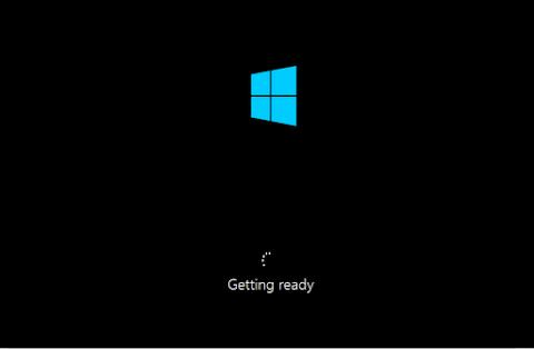 Windows 8 akan mempersiapkan lingkungan kerjanya secara otomatis, tunggu saja