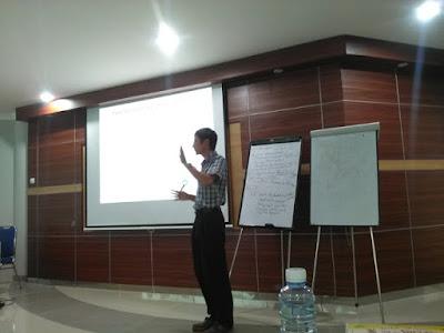 Dr Yeoh menjelaskan materi tentang TRIZ