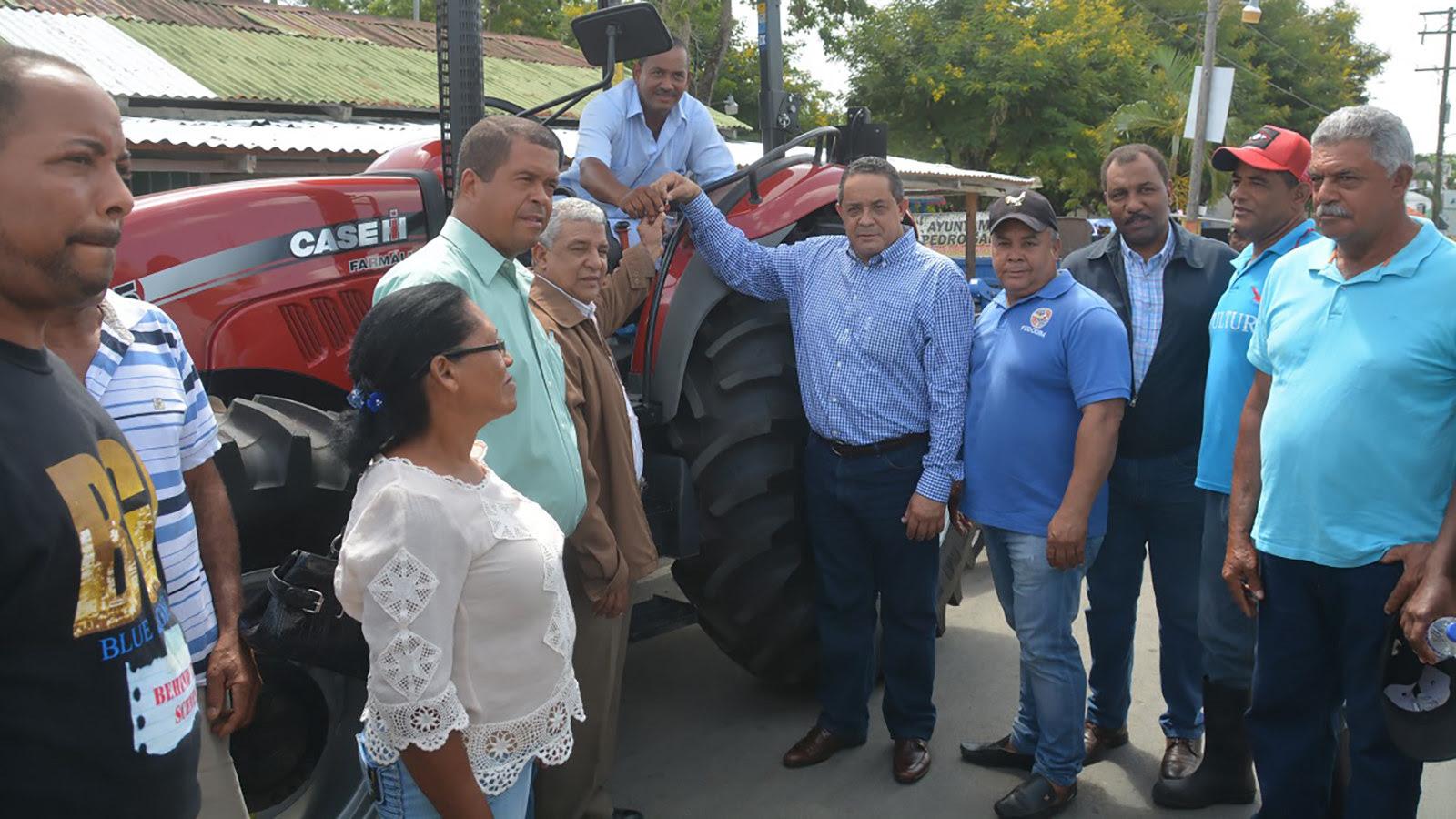 Presidente cumple: Gobierno entrega tractor a cacaocultores de El Seibo