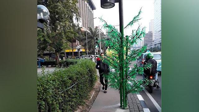 Ternyata, Pohon Imitasi Pernah Dipasang Saat Tahun Baru 2017