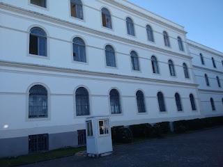 Fotografia colorida. Fachada do IMIP, edifício antigo.
