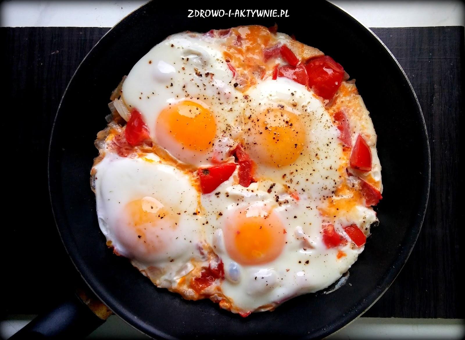 Szakszuka czyli jajka sadzone na pomidorach
