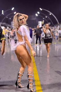 Mendigata levou os fãs ao delírio e recebeu diversos elogios. — Fenômeno de mulher!  A loira é apontada como novo affair do cantor Latino desde o ano passado, mas, eles negam o romance.