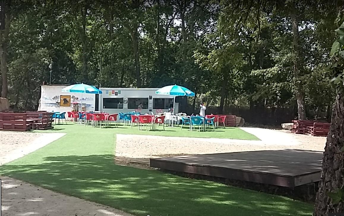 Bar com esplanada de apoio á praia fluvial de Alfaiates