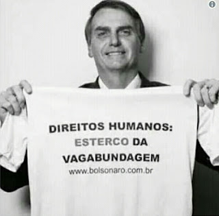 Bolsonaro com camiseta onde está escrito que direitos humanos é esterco da vagabundagem
