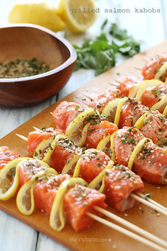 Bu güzel somonları ızgarada hemde limon eşliğinde yapmak oldukça lezzetli ve kolaydır. Kebabımız Taze otlar, limon ve baharatlar ile lezzetlendirildiğiyle ve mükemmel bir ızgara çıkar ortaya.