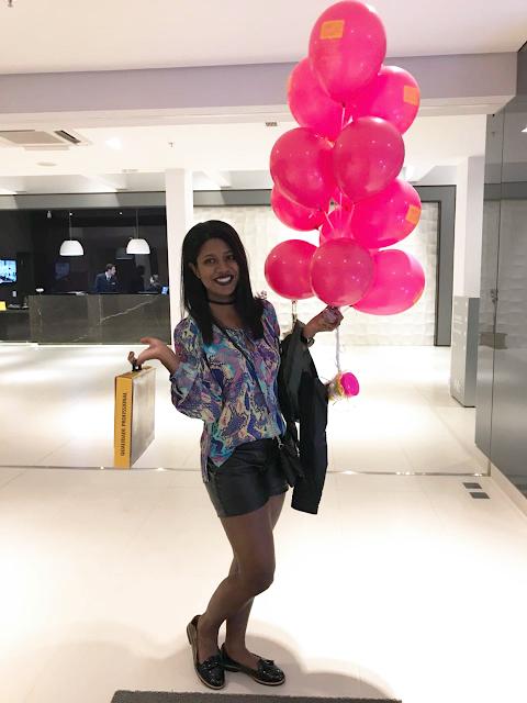 Eu indo emborora toda feliz, com maleta e até balão na mão.