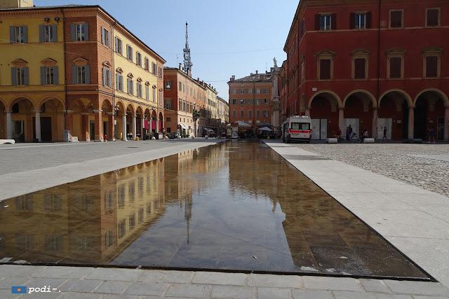 Modena: scontro fra bici e pedoni a causa della vasca che c'è in piazza roma