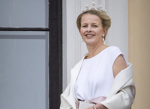 Princess Mabel of Orange-Nassau diamond tiara, Princess Beatrix, Prince Friso of Orange-Nassau died on 12 August