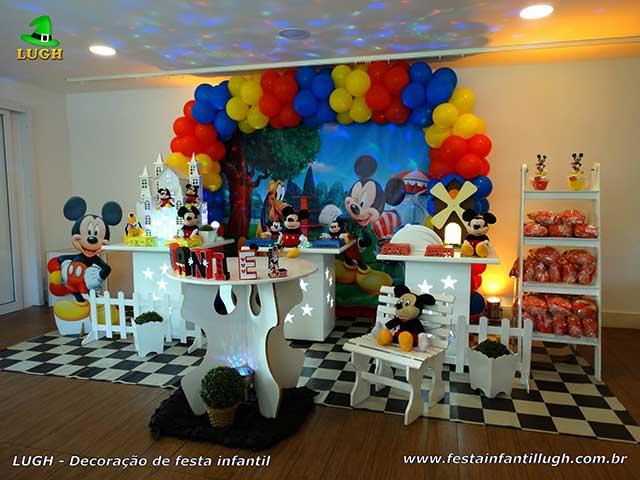 Decoração para festa masculina de aniversário tema Mickey em mesa provençal simples