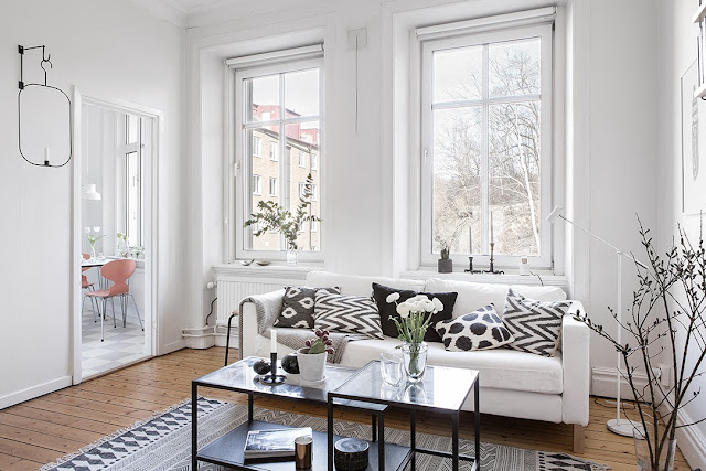 biała sofa, jasna sofa, sofa w stylu skandynawskim