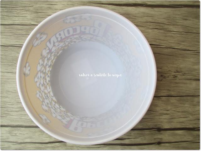 Bol de plástico decorado con palomitas